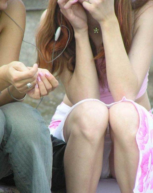 【街撮りパンチラエロ画像】街中でパンチラしている素人娘たちを激写!wwww 27