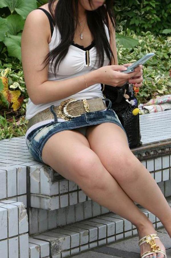 【街撮りパンチラエロ画像】街中でパンチラしている素人娘たちを激写!wwww 28
