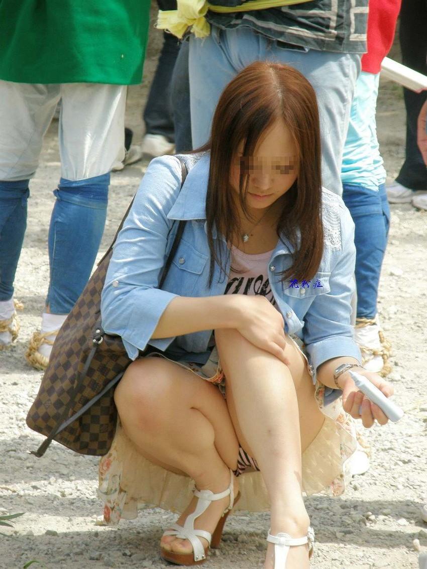 【街撮りパンチラエロ画像】街中でパンチラしている素人娘たちを激写!wwww 31