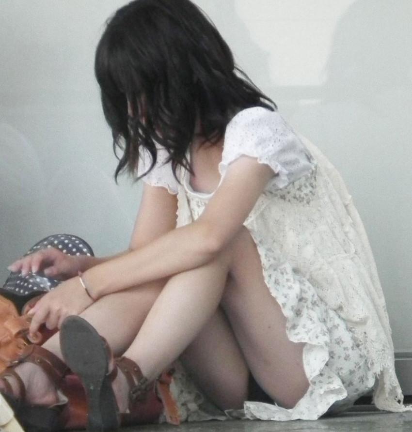 【街撮りパンチラエロ画像】街中でパンチラしている素人娘たちを激写!wwww 33