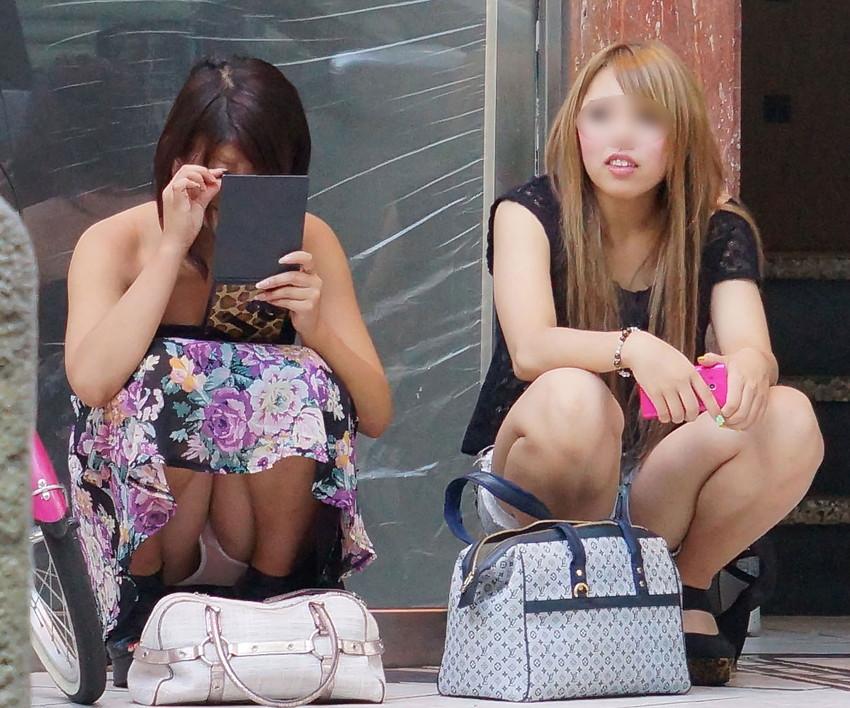 【街撮りパンチラエロ画像】街中でパンチラしている素人娘たちを激写!wwww 34