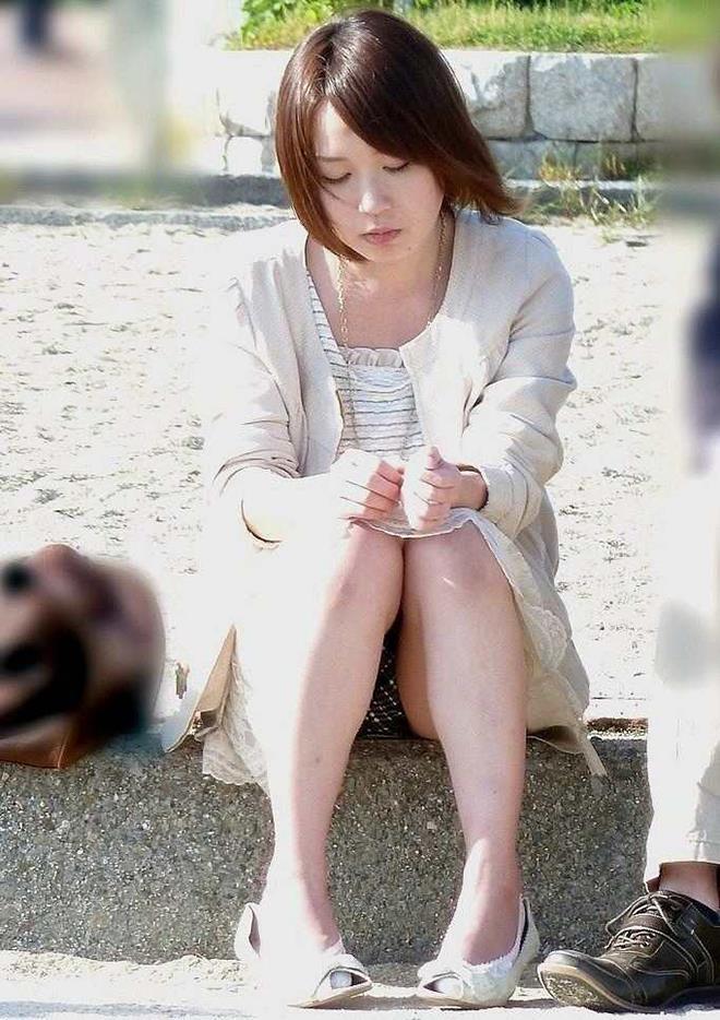【街撮りパンチラエロ画像】街中でパンチラしている素人娘たちを激写!wwww 36