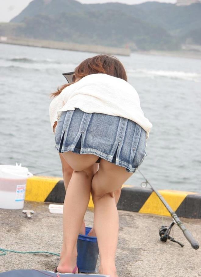 【街撮りパンチラエロ画像】街中でパンチラしている素人娘たちを激写!wwww 40