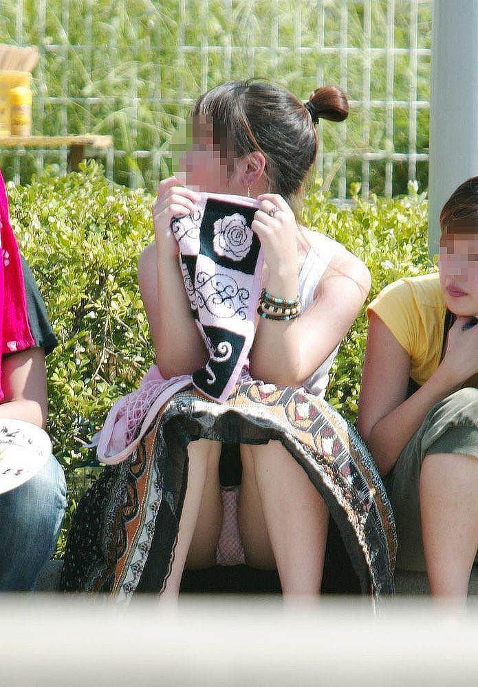 【街撮りパンチラエロ画像】街中でパンチラしている素人娘たちを激写!wwww 43