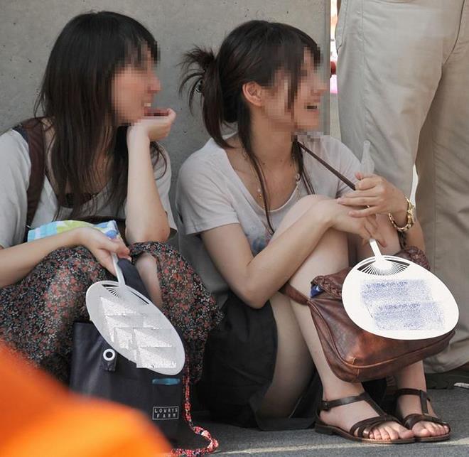 【街撮りパンチラエロ画像】街中でパンチラしている素人娘たちを激写!wwww 45
