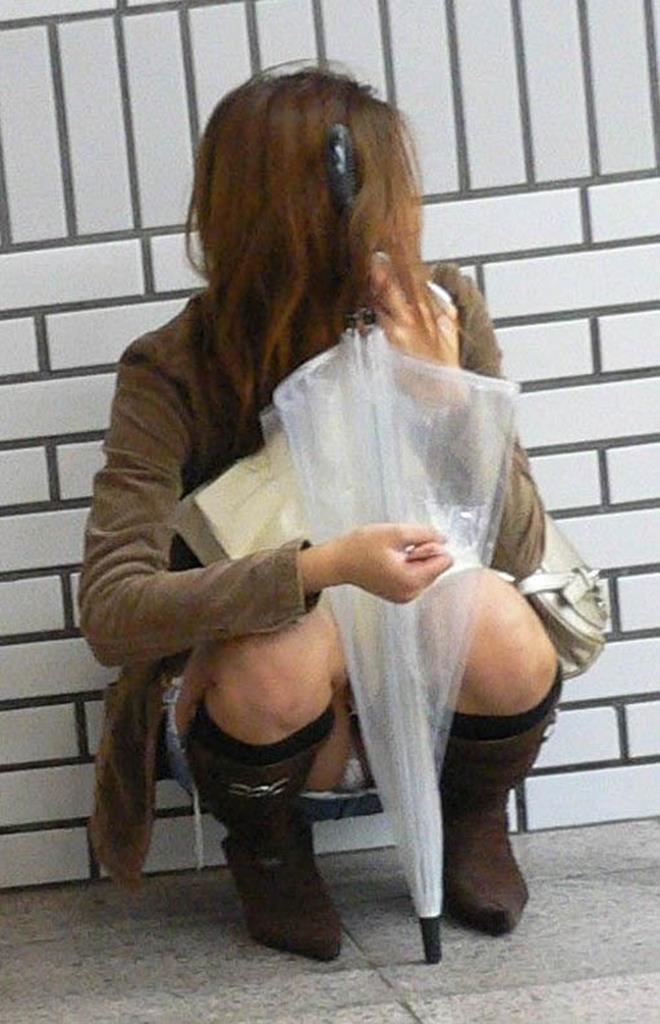 【街撮りパンチラエロ画像】街中でパンチラしている素人娘たちを激写!wwww 49