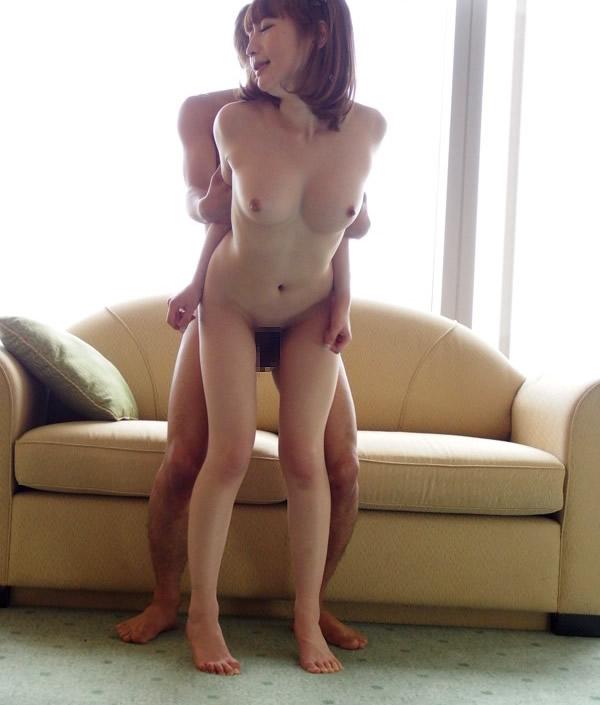 【立ちバックエロ画像】女の子を立たせたままで後ろからズブリ挿入する体位! 09