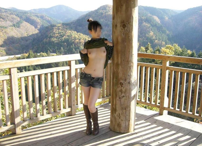 【野外露出エロ画像】大胆過激!屋外で裸体を晒す素人娘たちってエロ杉! 06