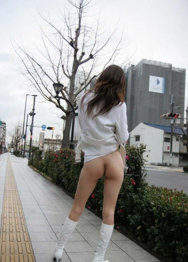 【野外露出エロ画像】大胆過激!屋外で裸体を晒す素人娘たちってエロ杉! 07