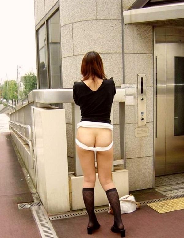 【野外露出エロ画像】大胆過激!屋外で裸体を晒す素人娘たちってエロ杉! 11