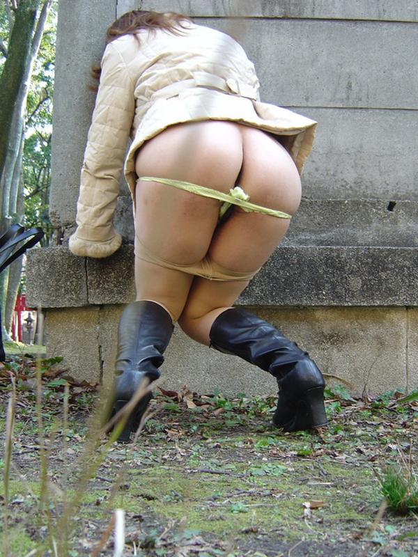 【野外露出エロ画像】大胆過激!屋外で裸体を晒す素人娘たちってエロ杉! 15