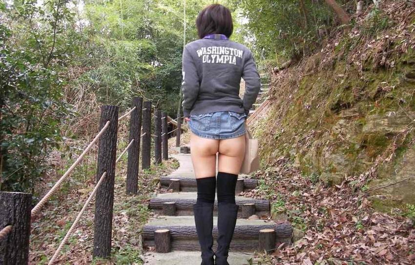 【野外露出エロ画像】大胆過激!屋外で裸体を晒す素人娘たちってエロ杉! 17