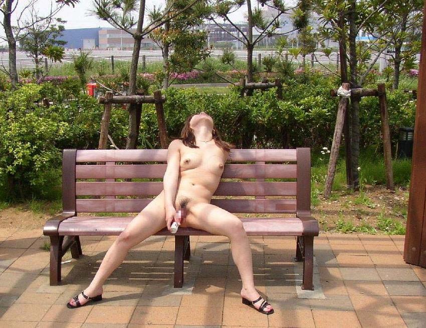 【野外露出エロ画像】大胆過激!屋外で裸体を晒す素人娘たちってエロ杉! 22