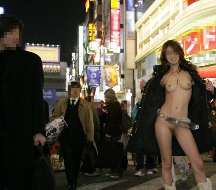 【野外露出エロ画像】大胆過激!屋外で裸体を晒す素人娘たちってエロ杉! 25