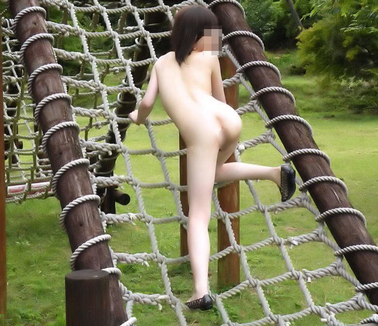 【野外露出エロ画像】大胆過激!屋外で裸体を晒す素人娘たちってエロ杉! 32