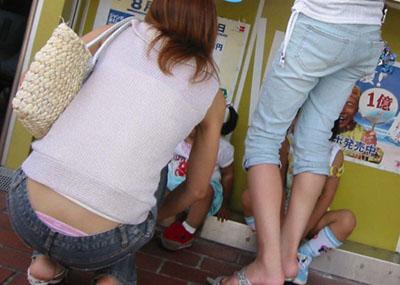 ローライズじゃないのに…ズボンの腰上からパ○チラしてる女の子多すぎwwwww