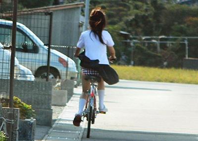 自転車パ○チラJKが前を走るエ□画像