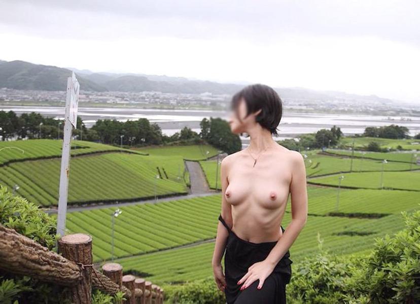 【野外露出エロ画像】まるで露出狂な素人娘たちの大胆過激な野外露出! 43
