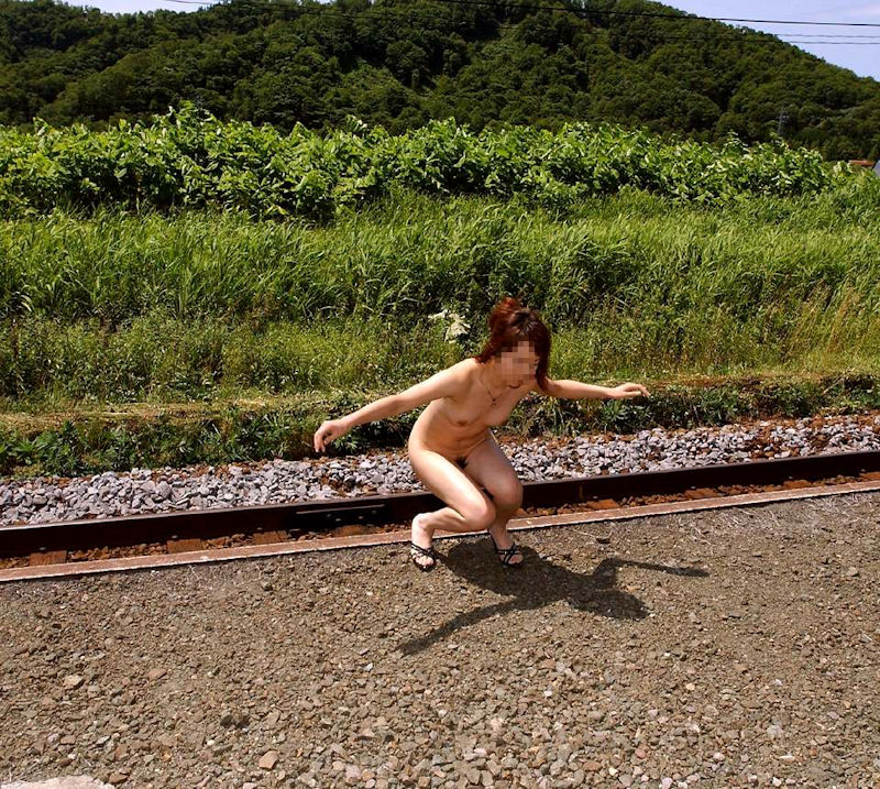 【野外露出エロ画像】まるで露出狂な素人娘たちの大胆過激な野外露出! 46