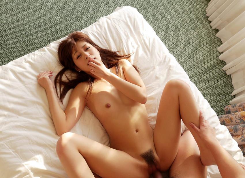 【正常位エロ画像】これぞ王道!?セックスの数ある体位の中でも一番ポピュラーなやつw 12