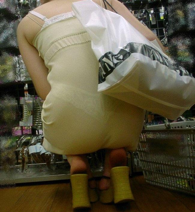【街撮り着衣透けエロ画像】街中で着衣の透けてる女の子を激写したった! 48