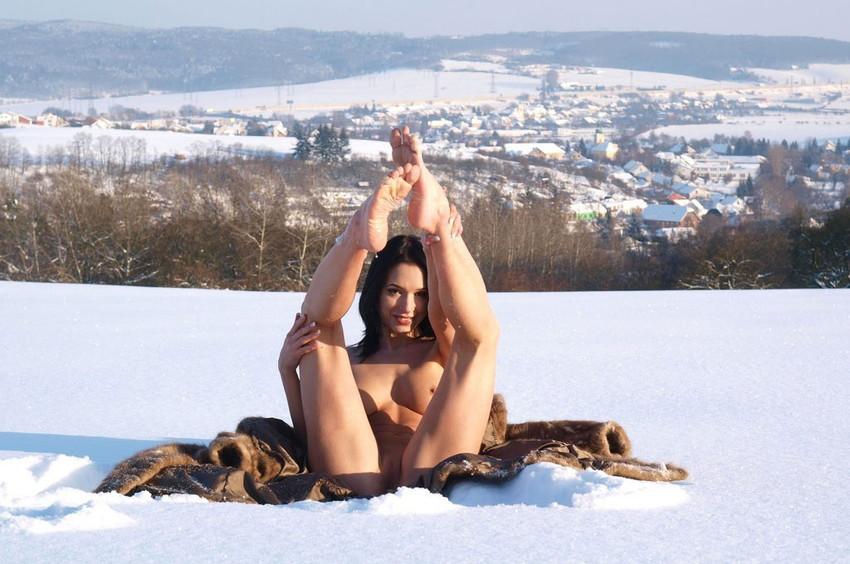 【海外露出エロ画像】海外の女の子たちも大胆、過激に野外露出wwww 23