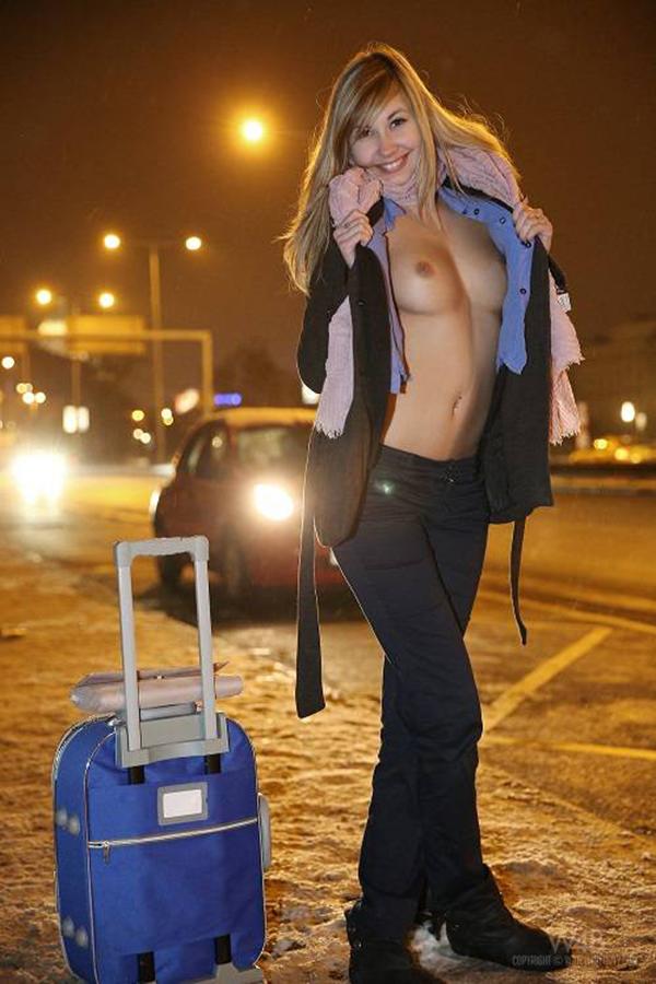 【海外露出エロ画像】海外の女の子たちも大胆、過激に野外露出wwww 35