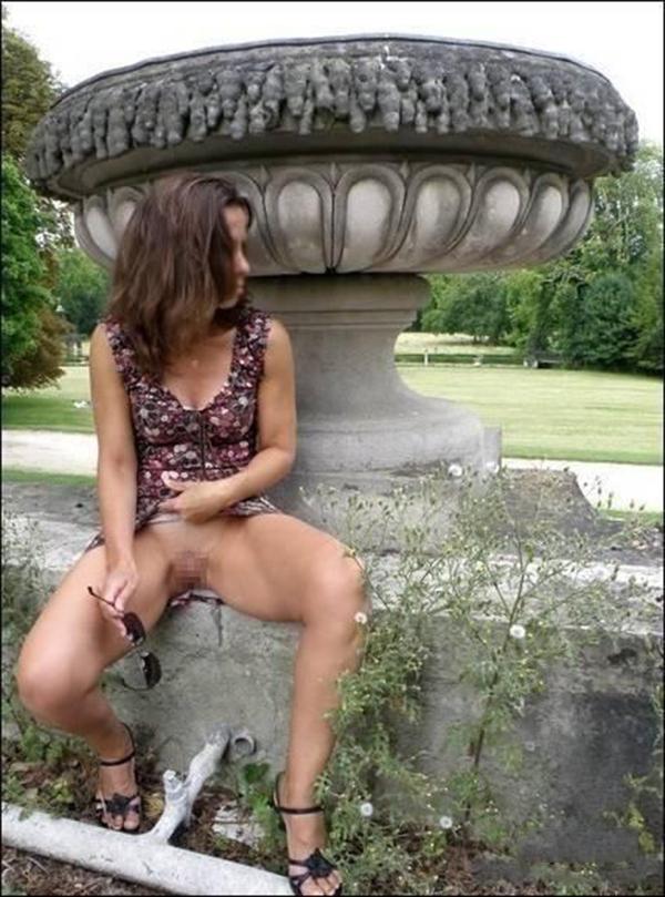 【海外露出エロ画像】海外の女の子たちも大胆、過激に野外露出wwww 47