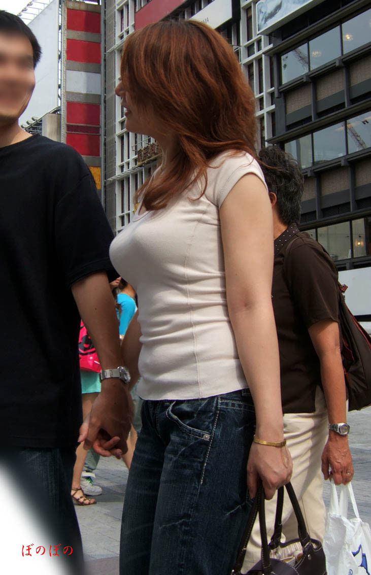 【着衣巨乳エロ画像】思わずがん見してしまいそうな街中の着衣巨乳な女の子!