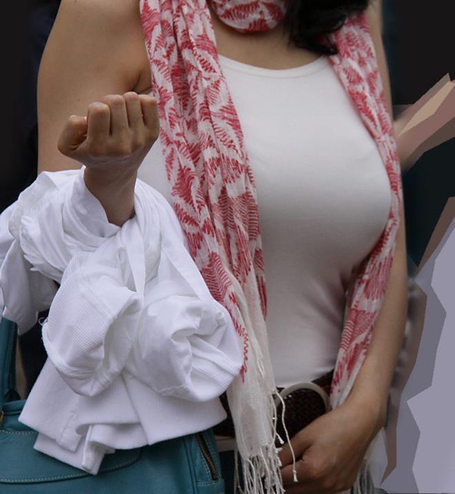 【着衣巨乳エロ画像】思わずがん見してしまいそうな街中の着衣巨乳な女の子! 02