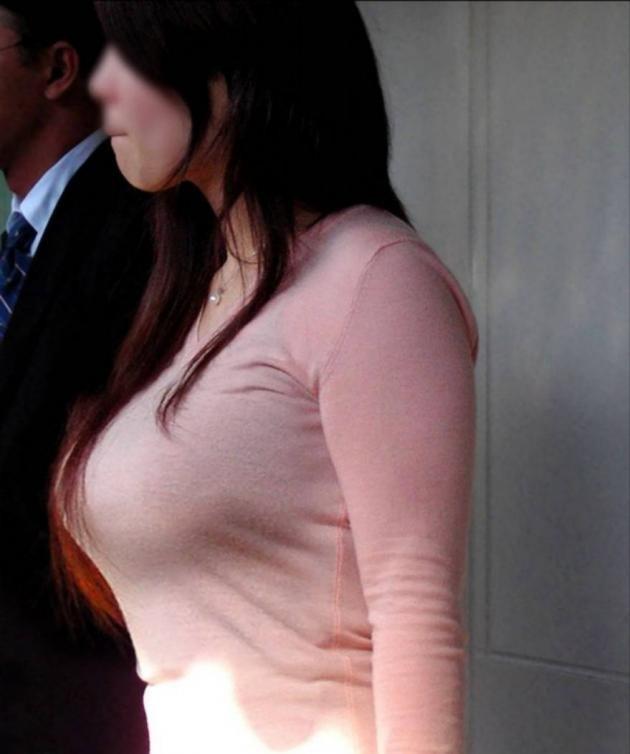【着衣巨乳エロ画像】思わずがん見してしまいそうな街中の着衣巨乳な女の子! 04