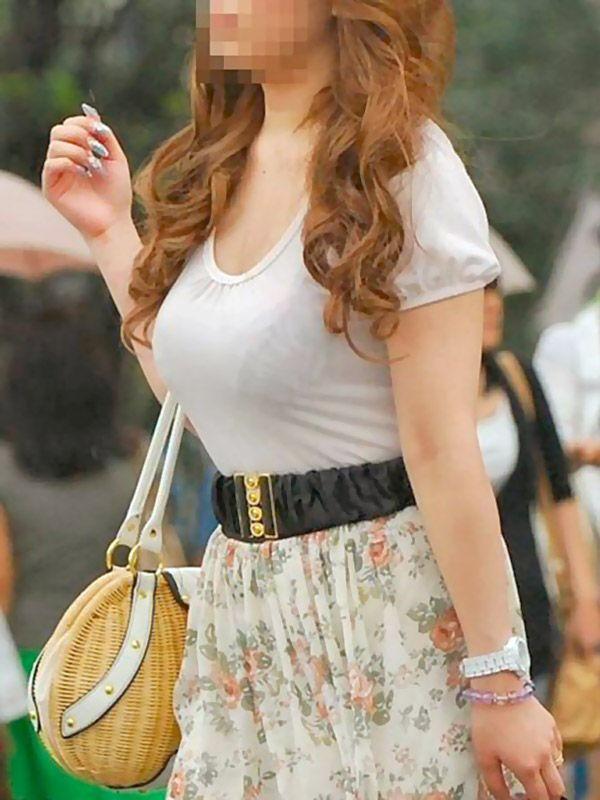【着衣巨乳エロ画像】思わずがん見してしまいそうな街中の着衣巨乳な女の子! 05