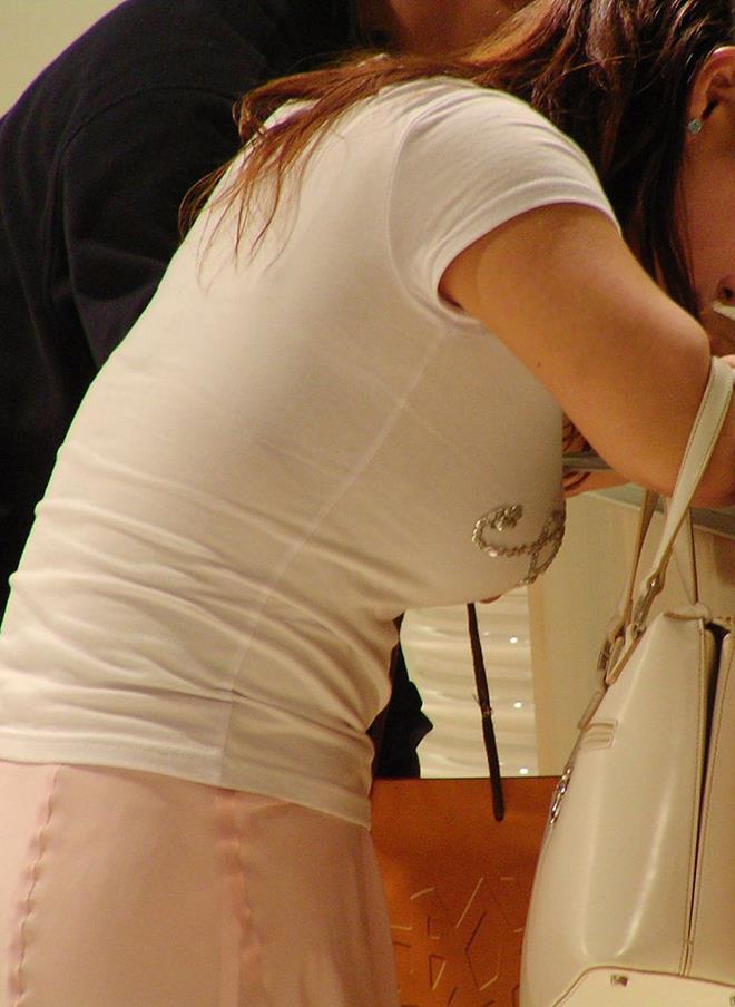 【着衣巨乳エロ画像】思わずがん見してしまいそうな街中の着衣巨乳な女の子! 30