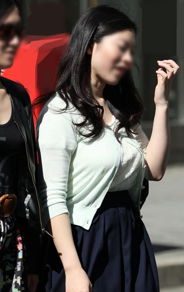 【着衣巨乳エロ画像】思わずがん見してしまいそうな街中の着衣巨乳な女の子! 36