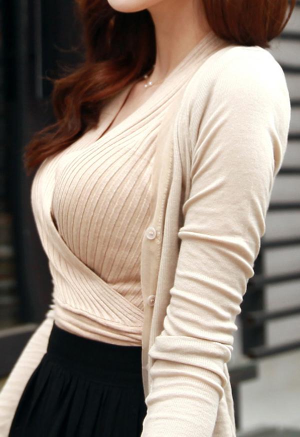 【着衣巨乳エロ画像】思わずがん見してしまいそうな街中の着衣巨乳な女の子! 37