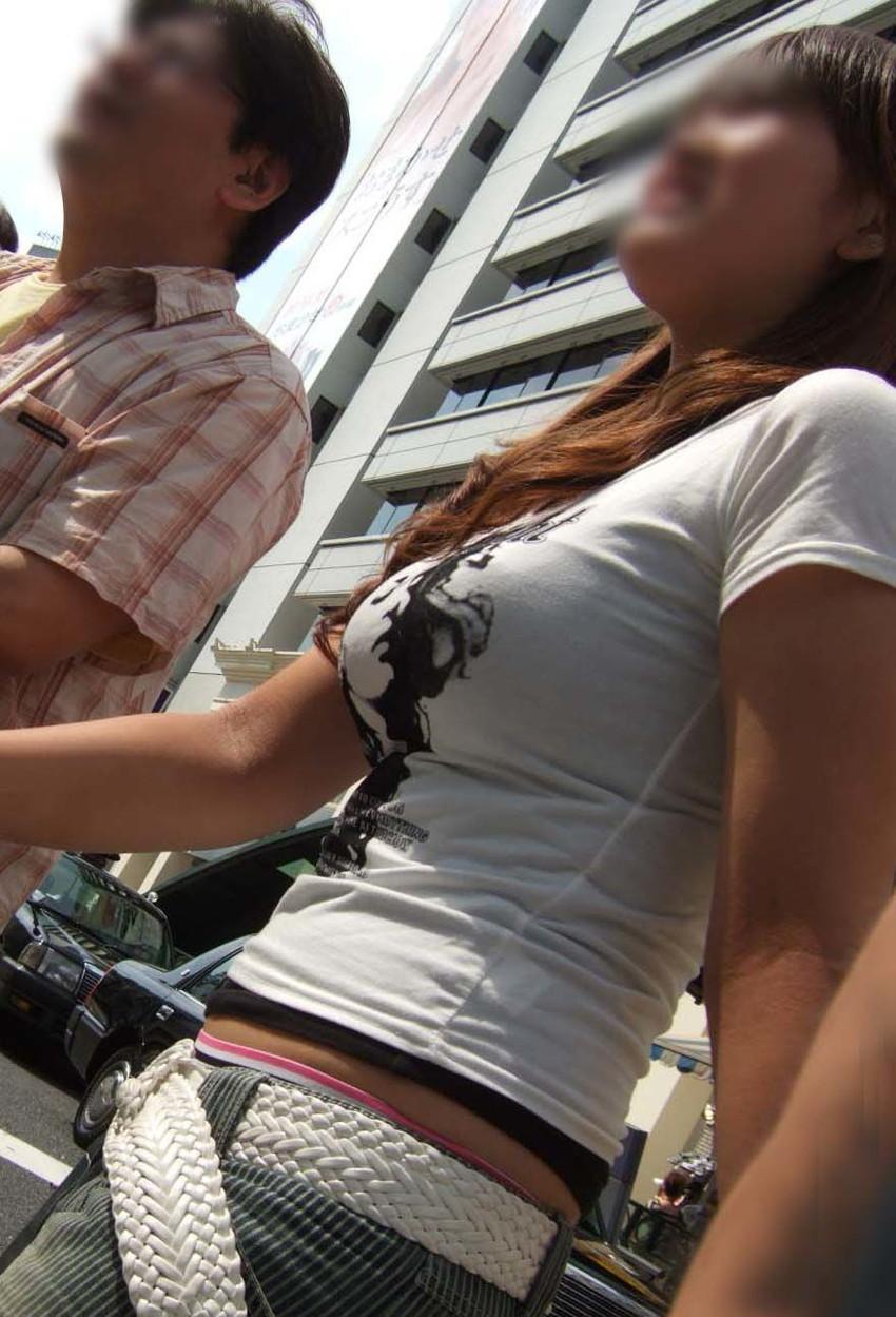 【着衣巨乳エロ画像】思わずがん見してしまいそうな街中の着衣巨乳な女の子! 41