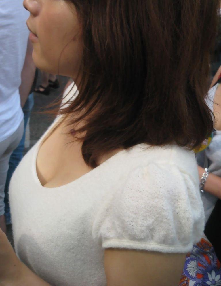 【着衣巨乳エロ画像】思わずがん見してしまいそうな街中の着衣巨乳な女の子! 42