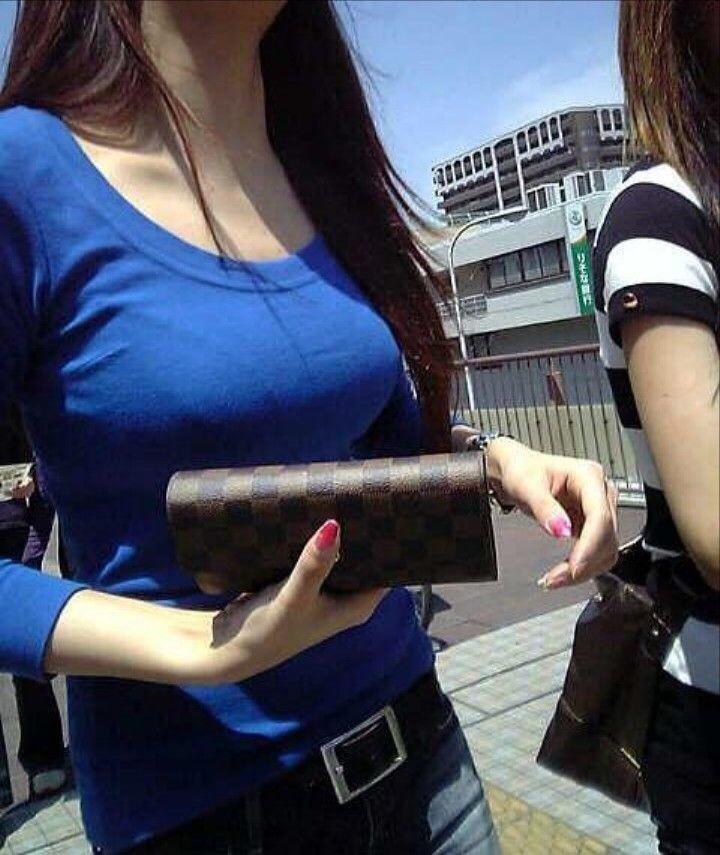 【着衣巨乳エロ画像】思わずがん見してしまいそうな街中の着衣巨乳な女の子! 44