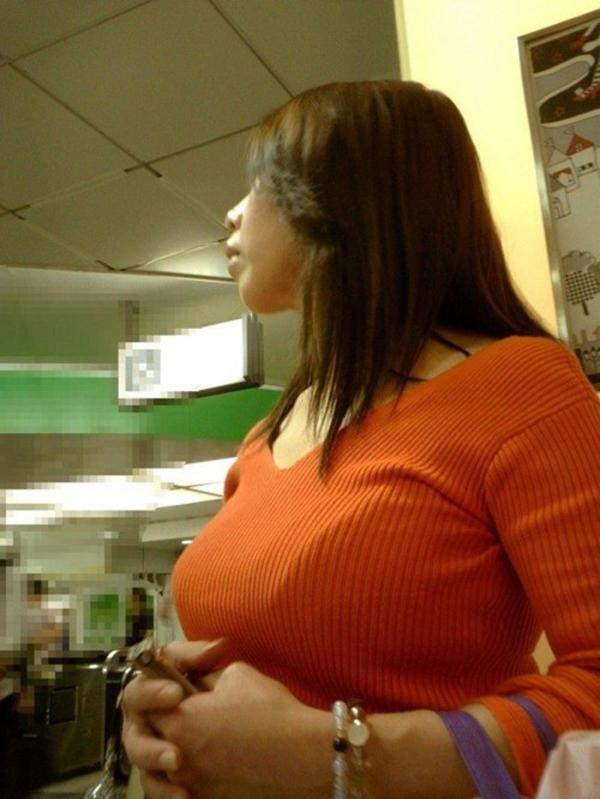 【着衣巨乳エロ画像】思わずがん見してしまいそうな街中の着衣巨乳な女の子! 46