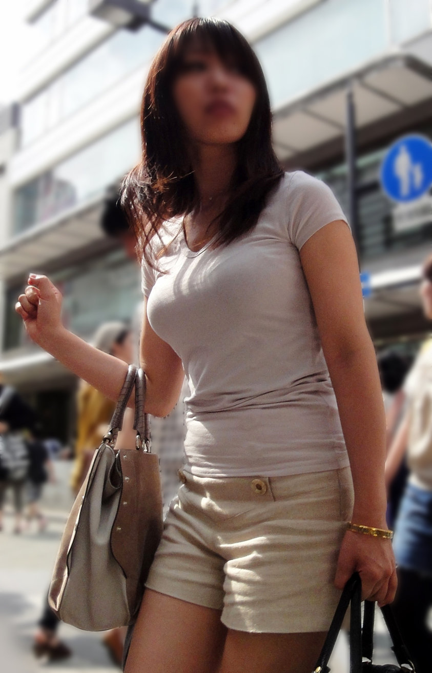 【着衣巨乳エロ画像】思わずがん見してしまいそうな街中の着衣巨乳な女の子! 48