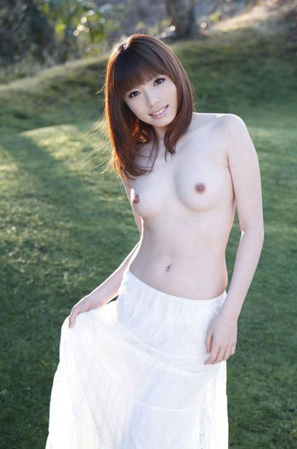 【野外露出エロ画像】屋外で大胆に洋服を脱ぎ去る、野外露出エロ画像! 39
