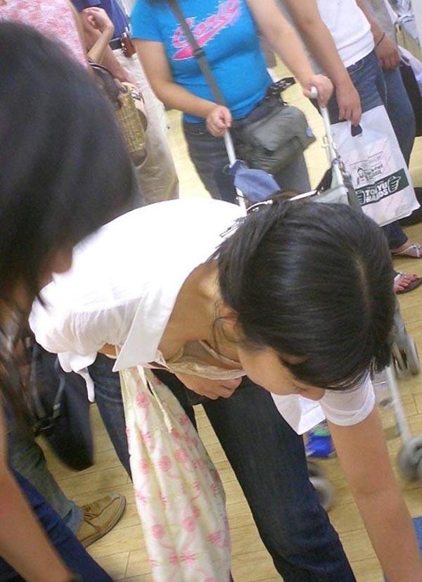 【胸チラエロ画像】大きく開いた胸元!素人娘たちの胸チラ狙った結果www 07