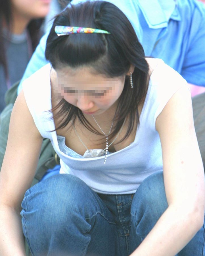 【胸チラエロ画像】大きく開いた胸元!素人娘たちの胸チラ狙った結果www 08