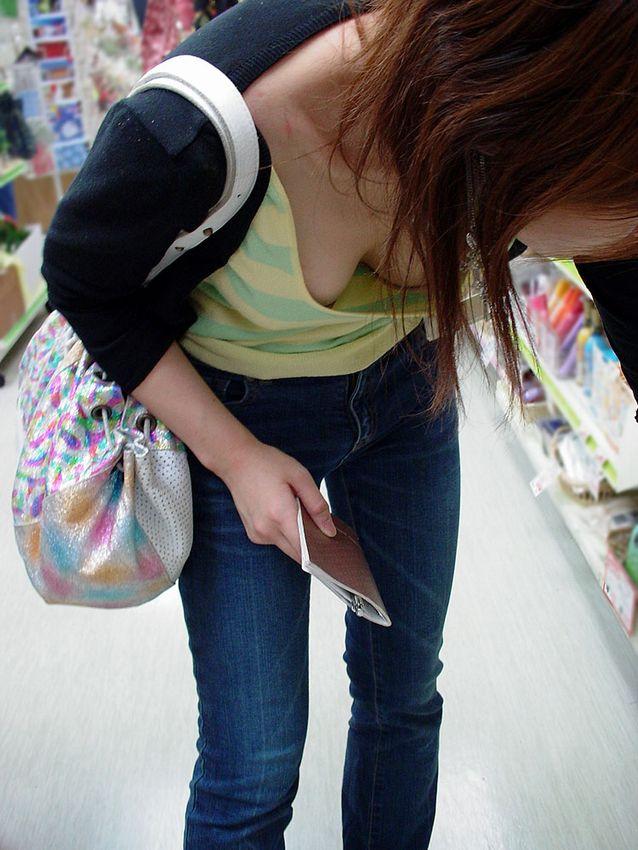 【胸チラエロ画像】大きく開いた胸元!素人娘たちの胸チラ狙った結果www 10