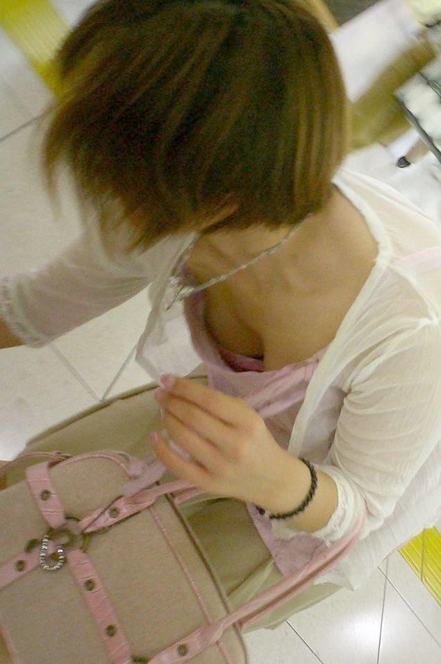 【胸チラエロ画像】大きく開いた胸元!素人娘たちの胸チラ狙った結果www 13