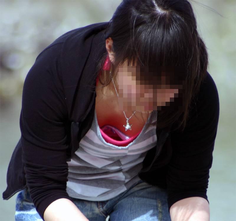 【胸チラエロ画像】大きく開いた胸元!素人娘たちの胸チラ狙った結果www 15