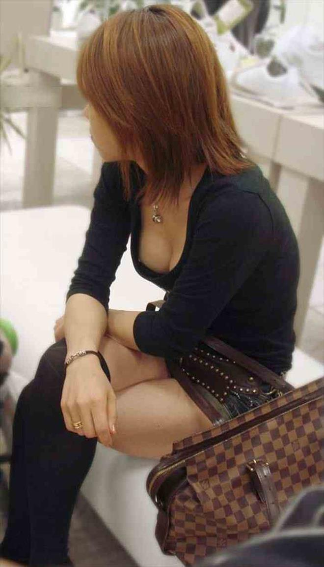 【胸チラエロ画像】大きく開いた胸元!素人娘たちの胸チラ狙った結果www 17