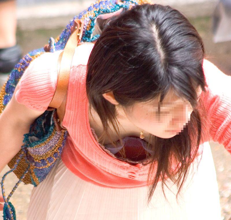 【胸チラエロ画像】大きく開いた胸元!素人娘たちの胸チラ狙った結果www 19