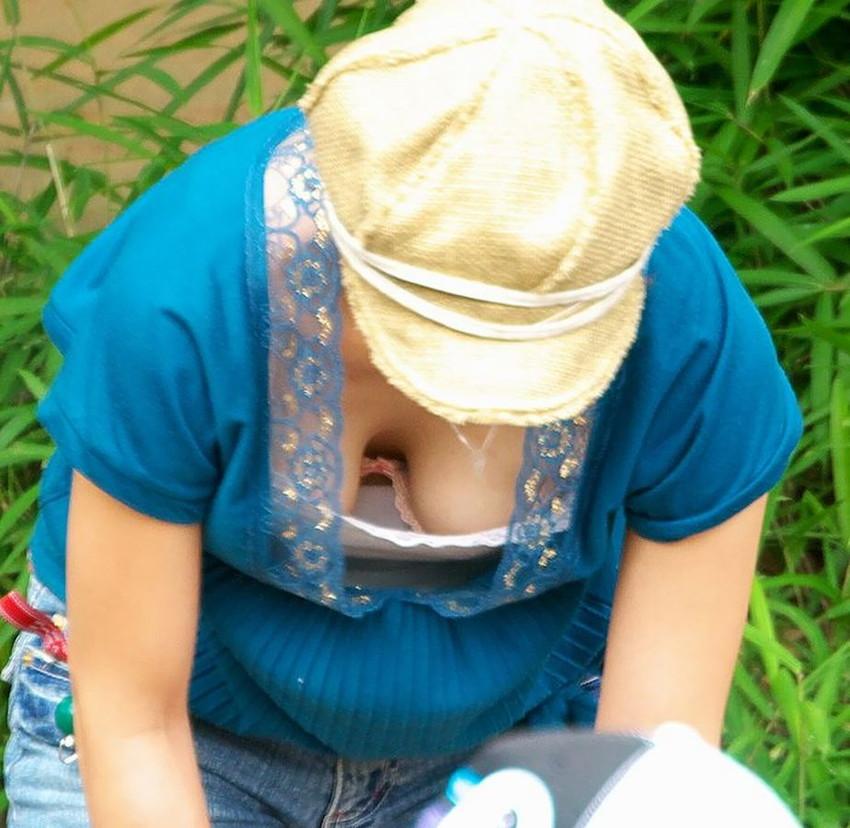 【胸チラエロ画像】大きく開いた胸元!素人娘たちの胸チラ狙った結果www 22