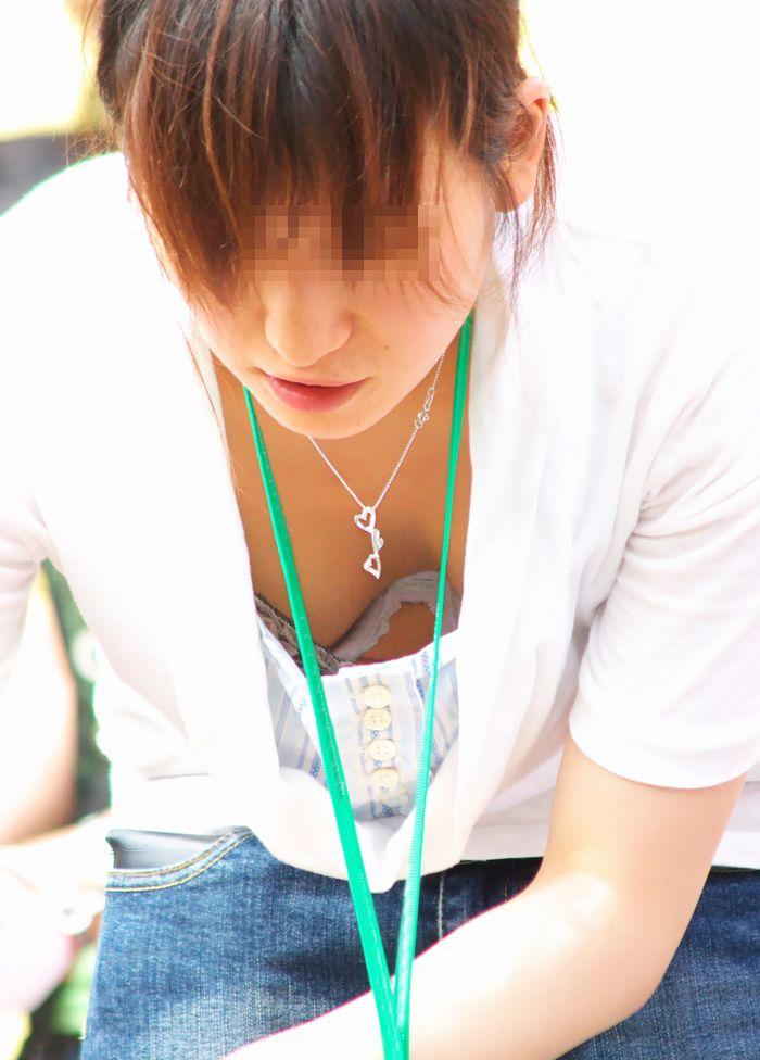 【胸チラエロ画像】大きく開いた胸元!素人娘たちの胸チラ狙った結果www 24